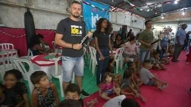 Famílias de Gramacho e Niterói ganham presentes e ceia de Natal - Em Jardim Gramacho, em Duque de Caxias, 200 crianças vão ganhar presentes. Em Niterói, moradores em situação de rua, ganham ceia de Natal.