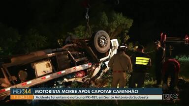Homem morre após caminhão capotar na PR-481, em Santo Antônio do Sudoeste - O acidente foi ontem à noite.