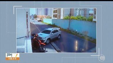 Dupla de assaltantes rouba carro na porta de condomínio na zona leste - Dupla de assaltantes rouba carro na porta de condomínio na zona leste