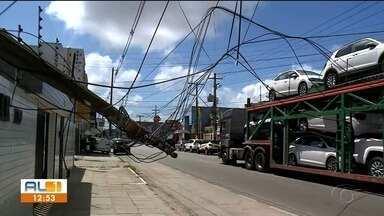 Caminhão cegonha derruba poste e arrasta fios na Avenida Júlio Marques Luz, na Jatiúca - Trânsito na região ficou congestionado.