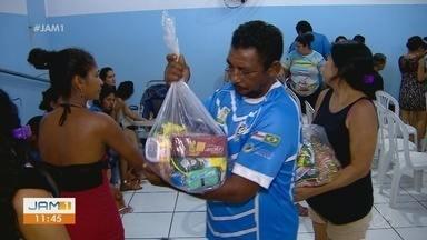 Famílias recebem cestas básicas em Manaus - Cerca de 150 cestas foram doadas.