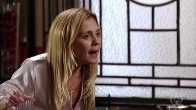 Carminha resolve ir atrás de Jorginho - Ela fica aflita e resolve confrontar o filho