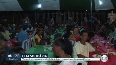 Voluntários organizam ceia de Natal para moradores de rua - Ação solidária aconteceu no Largo da Carioca, no Centro do Rio.