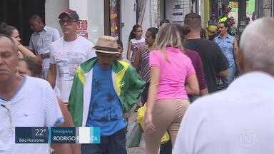 A poucas horas do Natal, consumidores movimentavam as lojas de rua, em BH - Pesquisa da Câmara de Dirigentes Lojistas apontou que o comércio de rua ainda é o preferido para as compras.