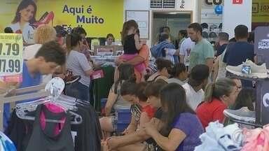 Movimento aumenta na área central de Itapetininga na véspera de Natal - Movimento aumenta na área central de Itapetininga na véspera de Natal