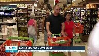 Supermercados de Volta Redonda ficam cheios na véspera do Natal - Consumidores correm para fazer as últimas compras antes da ceia.