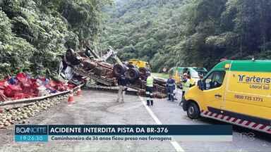 Acidente interdita BR-376 no sentido litoral - Caminhão carregado com frutas tombou e ficou atravessado na pista.