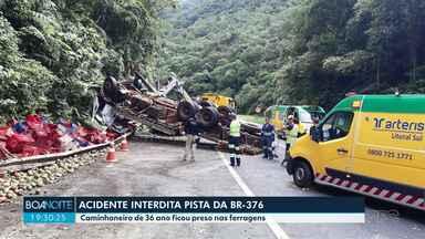 Acidente interdita pista da BR-376 - Caminhoneiro de 36 ano ficou preso nas ferragens.