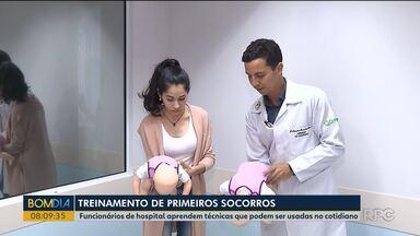 Funcionários de hospital que não trabalham na área da saúde fazem treinamento - Eles aprendem manobras para desafogar crianças, por exemplo.