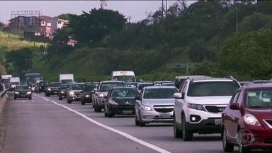 Estradas de SP ficam engarrafadas na saída para o feriadão de Ano Novo - Nos terminais rodoviários da capital foram colocados à disposição 3.260 ônibus extras para dar conta de todo esse movimento.