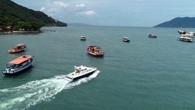 Transporte de barco é opção para quem quer passear e fugir do trânsito no fim de ano - Bondinho de Santos também é uma das atrações para turistas durante feriado prolongado.
