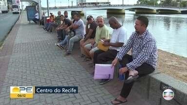 No primeiro dia útil do ano, Agência do Trabalho do Recife amanhece com fila - Especialista ensina como montar currículo para tentar uma vaga de emprego.