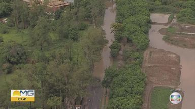 Temporal alaga pista da Avenida Otacílio Negrão de Lima, na Pampulha, em BH - Forte chuva atingiu a capital mineira durante a madrugada desta quinta-feira (2).