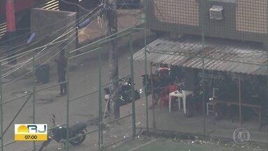 Imagens mostram homem armado com fuzil no Complexo da Maré, na Zona Norte - Imagens mostram homem armado com fuzil no Complexo da Maré, na Zona Norte do Rio.