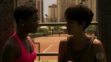 Amanda encontra Marina no treino - Ela pede explicação mas Amanda só entrega chave de um locker e pede ajuda da amiga