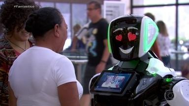 Emoção: em shopping de São Paulo, robô surpreende pessoas que não viam familiares há anos - Enilda não via a mãe há mais de trinta anos e Lôide não encontrava a filha e os netos há quatro anos.