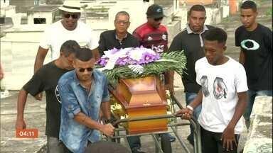 Idosa morre vítima de bala perdida em São Gonçalo, no RJ - Aposentada de 78 anos estava em casa quando foi atingida. PM diz que não realizava operações na região no momento em que ela foi baleada. Parentes, no entanto, dizem que agentes estavam em ação em comunidade na região.
