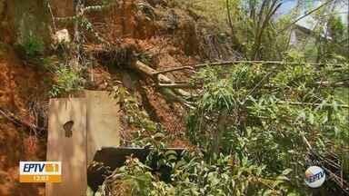 Barranco com risco de desabamento ameaça casas em Maria da Fé, MG - Prefeitura diz que já tem projeto para construção de muro de arrimo