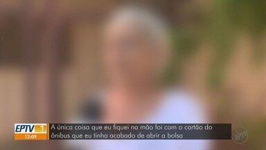 Mulher é agredida durante assalto em ponto de ônibus na zona Leste de Ribeirão Preto - Vítima, de 57 anos, levou tapa, foi empurrada e teve a bolsa roubada por dupla em moto na Avenida Barão do Bananal.