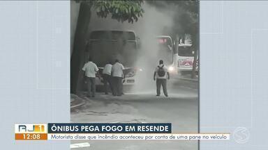 Bateria de ônibus explode e veículo pega fogo em Resende - Incidente aconteceu na Avenida Marechal Castelo Branco, no bairro Campos Elíseos. Lojas próximas foram atingidas pelas chamas.