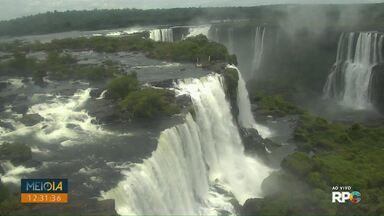 Placa é arrancada e turistas continuam jogando moedas nas Cataratas do Iguaçu - Placa foi arrancada pelo vento. Ano passado foram recolhidos 329 kg de moedas.