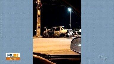 Carro bate em poste e pega fogo na Avenida Menino Marcelo, em Maceió - Motorista não teve ferimentos.