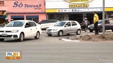 Depois da mudança no trânsito na Bomba do Gonzaga, comerciantes reclamam de prejuízo - No local, foram instaladas placas de proibido estacionar. Sem opção para estacionar, clientes procuram outros comércios.