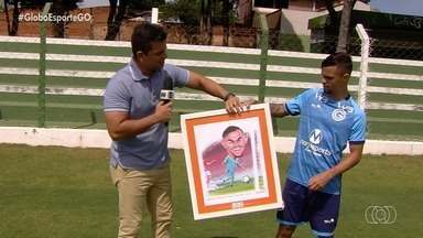 Michael ganha quadro em homenagem a golaço contra o Inter no Brasileirão - Atacante fez gol de placa no Beira-Rio e foi presenteado por chargista