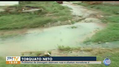 Moradores sofrem com problema de drenagem no bairro Torquato Neto - Moradores sofrem com problema de drenagem no bairro Torquato Neto