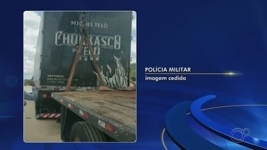 Caminhão do sertanejo Michel Teló fica 'enroscado' em ponte na barragem de Itupararanga - Um caminhão que carregava os equipamentos do cantor sertanejo Michel Teló ficou enroscado na ponte da barragem de Itupararanga, em Votorantim (SP), na manhã desta terça-feira (7).