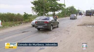Buracos e falta de manutenção na Estrada da Muribeca dificultam circulação de veículos - Motoristas precisam diminuir velocidade para passar pelo local.