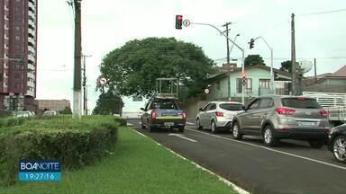 Novos semáforos causam mudanças no trânsito da área central em Guarapuava - Em trechos da Avenida Manoel Ribas não é mais possível a conversão a esquerda.