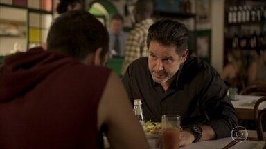 Raul pede que Sandro o leve até a comunidade onde foi criado - Empresário apresenta o filho a Álvaro e descobre que o sócio está com Estela