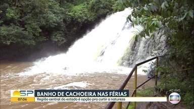 Banho de cachoeira nas férias é opção no interior - Região central do estado é opção pra curtir a natureza.