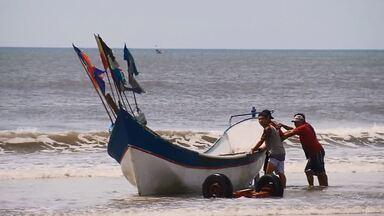 Pesca artesanal é herança de gerações das famílias do litoral (parte 2) - Em muitas comunidades a família toda ajuda no preparo das redes, na pesca e na venda do peixe.