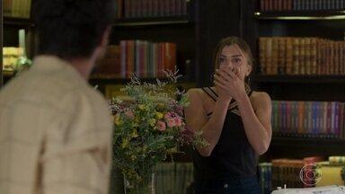 Paloma conversa com Marcos enquanto costura - Ele recebe uma ligação e descobre sobre a queda da Nana