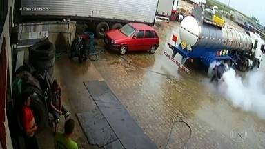 Pneu de caminhão explode e lança homem a três metros; veja vídeo - Flagrante assustador aconteceu em borracharia em Santa Catarina. Entenda por que o pneu explodiu e como evitar esse tipo de acidente.