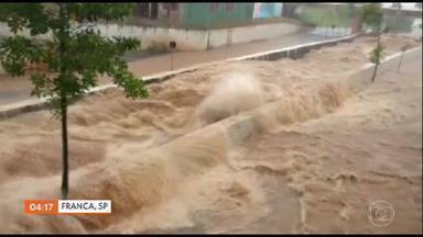 Temporal atinge o interior de São Paulo e causa enchentes - Na cidade de Franca o córrego que corta a cidade transbordou. Teve motorista que foi surpreendido e precisou abandonar o carro no meio da enchente.