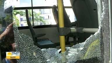 Passageiros relatam medo de assaltos ao andar de ônibus no Grande Recife - Diariamente, cerca de 2 milhões de pessoas usam o transporte na Região Metropolitana.