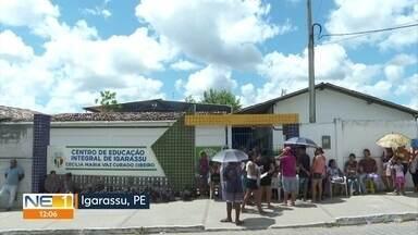 Pais dormem em fila em frente à escola municipal, mas não conseguem matricular os filhos - Caso aconteceu em Igarassu, na Região Metropolitana do Recife.