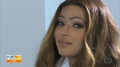 Jovem que perdeu couro cabeludo em kart é presenteada com peruca especial - Débora Oliveira, de 19 anos, foi surpreendida pelo presente, recebido cinco meses após o acidente no Recife.