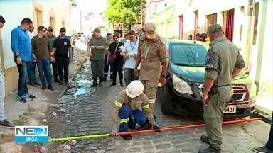 Trajeto do Homem da Meia Noite é alvo de vistoria - Bombeiros e polícias evitam osbtáculos para a passagem da agremiação, em Olinda