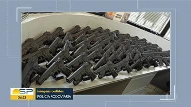 Armas de brinquedo apreendidas pela Polícia Rodoviária Federal - Material estava em um ônibus que saiu de Foz do Iguaçu e viria para a Capital.
