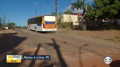 Moradores reclamam da situação de via de acesso ao distrito industrial de Abreu e Lima - Avenidas estão praticamente intransitáveis devido aos buracos.