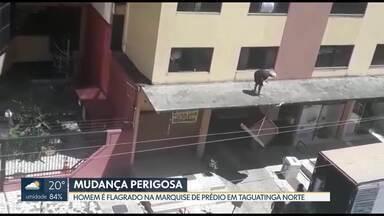 Homem é flagrado em cima de marquise em Taguatinga Norte - Eles estava fazendo mudança, passando móveis pesados pela marquise do prédio, na CNB 8.