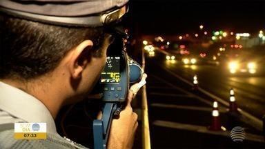 Fiscalização em trecho da SP-270 busca combater excesso de velocidade à noite - Já foram flagrados 90 veículos acima do limite permitido na rodovia.