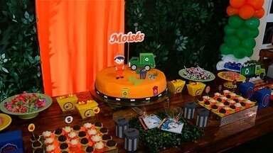 Fã de garis, criança convida profissionais para festa de aniversário, em Catalão - Menino estava com o uniforme igual ao dos garis. Balões, bolos e docinhos, toda a festa em cores laranja.