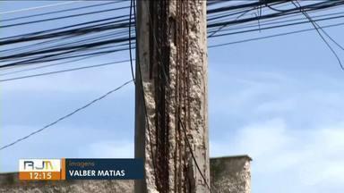 Poste que ameaça cair preocupa moradores do bairro Cantagalo, em Três Rios - Além do risco de cair, os vergalhões que ficam na estrutura, com fios de alta tensão, podem provocar novos acidentes.