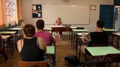 Professores e alunos voltam às aulas após dois meses de greve da rede estadual - Chefe da Casa Civi explica como será o pagamento dos professores.