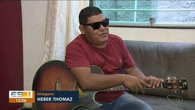Cantor cego canta com Gustavo Lima, em Guriri, São Mateus, no Norte do ES - Ele vai se apresentar em Pontal do Ipiranga junto com Alemão do Forró.